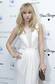 Suki Waterhouse paired a chainmail shoulder bag with a draped dress for the PeaceEarth Foundation fundraising gala.