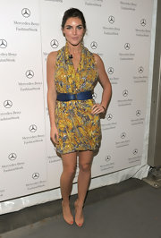 Hilary Rhoda cinched her loose dress with a blue leather belt.