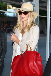 Rosie Huntington-Whiteley arrived at Sydney International Airport looking stylish in a nude suede hat.