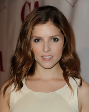 Anna Kendrick wore her tresses down in a chic wavy style during the Artios Awards.