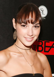 Gal Gadot capped off her look with a pair of dangling gold filigree earrings.