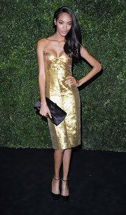 Jourdan Dunn chose a black satin clutch, also by Burberry, to pair with her dress.