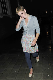 Emma Watson pulled her outfit together with cream-colored ballet flats by Tod's.