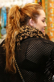 Miley Cyrus sported a casual ponytail while shopping in Sydney.