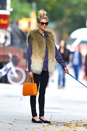 Jessica Hart added a shock of color to her ensemble with a bright orange single-strap tote.