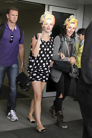 Katy Perry completed her casual look with a pair of two-tone ballet flats.