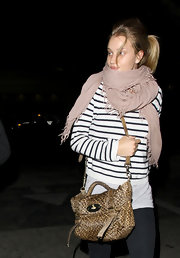 Rosie Huntington-Whitely kept cozy with a fringed mauve scarf.