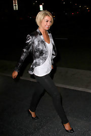 Chelsea Kane dressed up her skinny jeans with a pair of black leather pumps.