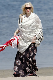 Gwen Stefani spent a day on the beach all bundled up in a maxi skirt and a shawl.