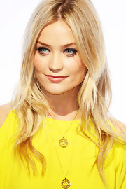 Loose waves compliment the blonde's stylish wardrobe.