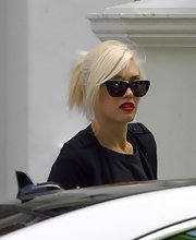 Gwen Stefani got ready for a flight out of London wearing a cool pair of wayfarers.