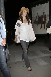 Jessica Biel finished off her relaxed look with a pair of ripped gray jeans.
