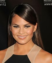 Chrissy Teigen looked bold and sexy with her smoky eyes.