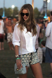 Rosie Huntington-Whiteley's blue Mulberry chain-strap bag, white button-down, and embellished shorts were an effortlessly chic combo.