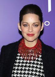 For her hair, Marion Cotillard opted for a simple yet elegant teased ponytail.