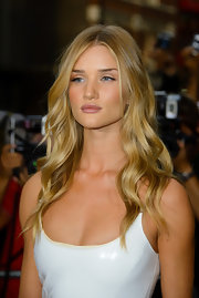 Rosie Huntington-Whiteley looked like a doll with her long beachy waves at the GQ Men of the Year Awards.