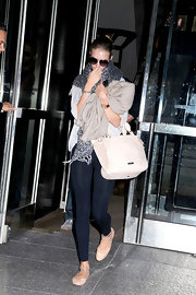 Rosie Huntington-Whiteley kept her travel look comfy with a pair of black leggings.