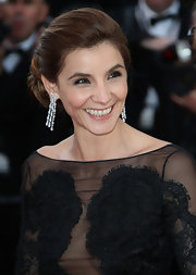 Clotilde Courau added a heavy dose of luxury with a pair of diamond chandelier earrings.