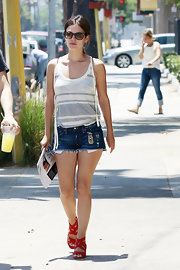 Rachel Bilson teamed her top with a pair of Degaine jean shorts.
