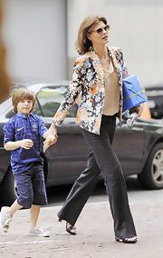 Linda Evangelista remained stylish while in her mother-mode wearing a chiffon top, a floral jacket, and a pair of wide leg pants.