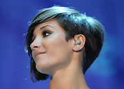 Frankie Sandford performed at the O2 Arena wearing her hair in a cool wedge cut.