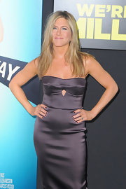 Jennifer Aniston attended the premiere of 'We're the Millers' wearing matching purple mani and dress.