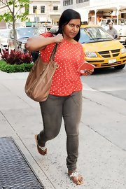 Mindy Kaling accessorized with an oversized tan leather bag.