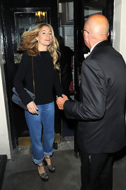 Sienna Miller finished off her look with a blue suede shoulder bag by Gucci.